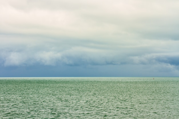 Tropisches meer und regenwolken