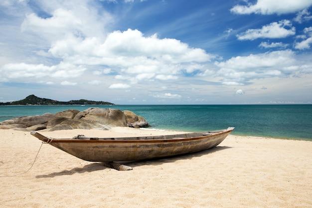 Tropisches meer unter dem blauen himmel