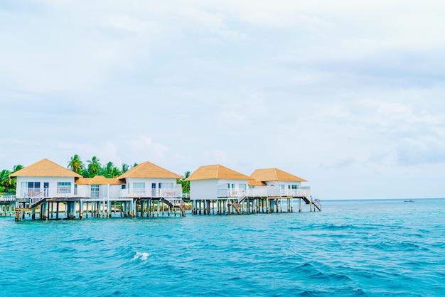 Tropisches resorthotel am meer