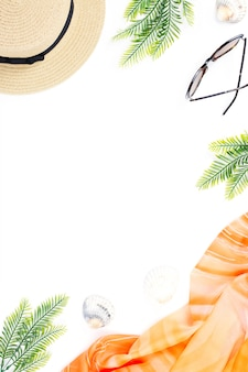 Tropisches sommerkonzept mit frauenmodeaccessoires, blättern und ananas auf weißem hintergrund. flache lage, draufsicht