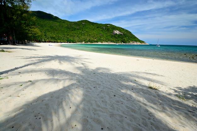 Tropisches strandtürkismeer in thailand