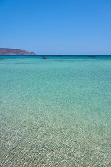 Tropisches türkisfarbenes meerwasser mit klarem himmel am horizont.