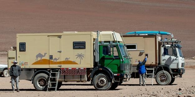 Trucks in einer wüste, los flamencos national reserve, san pedro de atacama, provinz el loa, antofagas