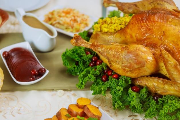 Truthahn, dekoriert mit grünkohl und preiselbeeren zum erntedankfest oder weihnachtsessen