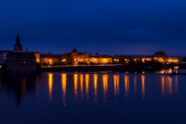 Tschechien. prag. bewölkter morgen über der moldau. die lichter der stadt spiegeln sich im wasser. der verkehr