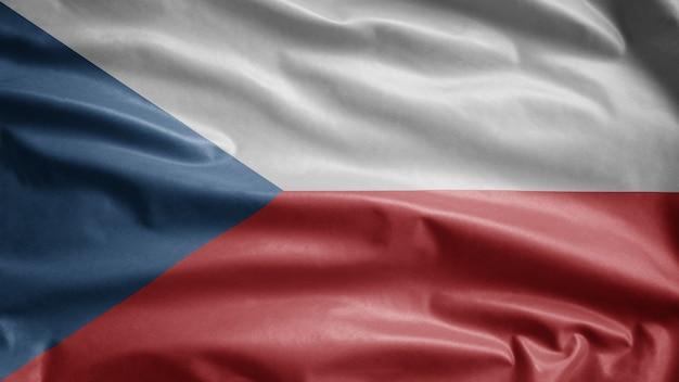 Tschechische flagge, die im wind weht. nahaufnahme der tschechischen schablonenblase, weiche und glatte seide. stoff stoff textur fähnrich hintergrund.