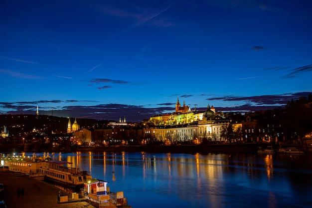 Tschechische republik charles castle hsitoric gebäude in der dämmerung.