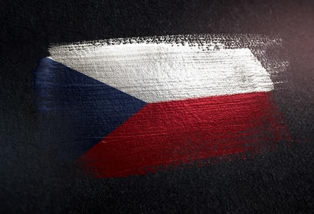 Tschechische republik-flagge gemacht von der metallischen bürsten-farbe auf dunkler wand des schmutzes