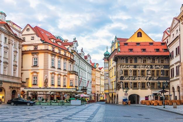 Tschechische straße in der prager innenstadt in der nähe des altstädter ringes zwischen haus am goldenen engel und haus in der minute.