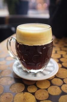 Tschechisches gezapftes schwarzes bier