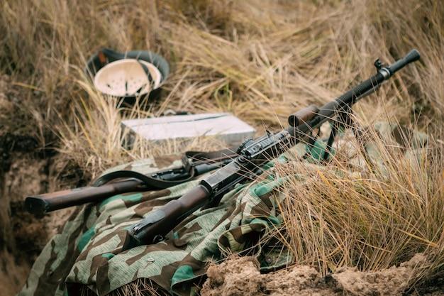 Tschechisches maschinengewehr im trockenen gras