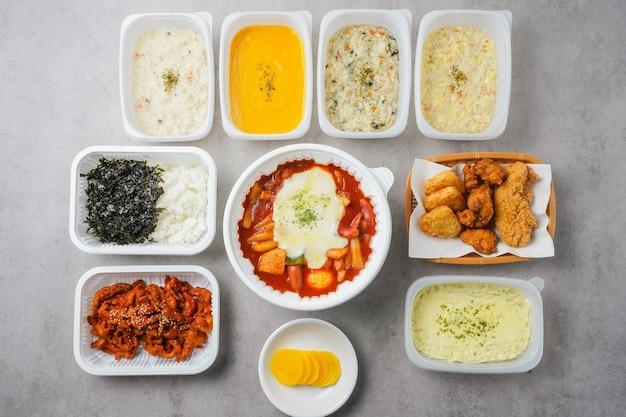 Tteokbokki (koreanischer würziger reiskuchen) isoliert auf weißem hintergrund