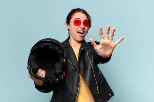 Tty motorradfahrerin mit schutzhelm