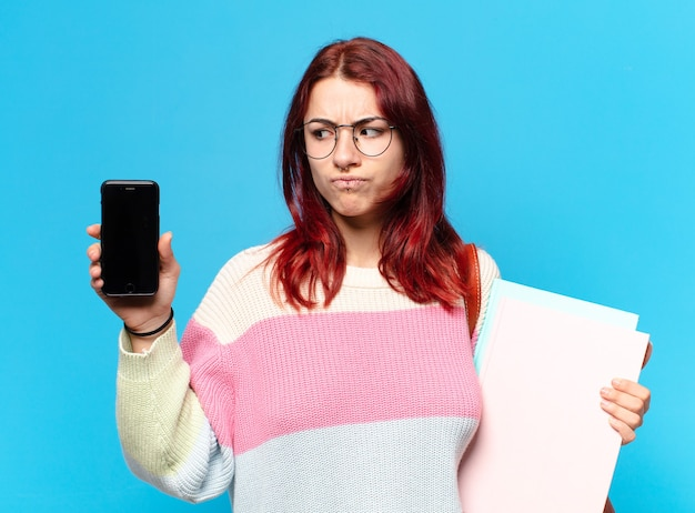 Tty studentin zeigt ihren handybildschirm