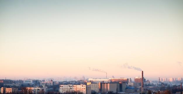 Tube mit orange rauch auf winter sonnenuntergang
