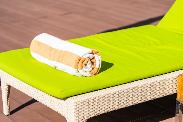 Tuch auf bett um swimmingpool im hotelerholungsort