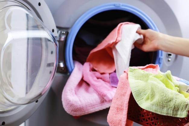Tuch in die waschmaschine geben