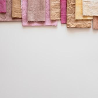 Tücher aus verschiedenen natürlichen pigmenten mit kopierraum
