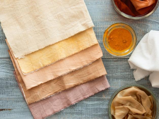 Tücher mit unterschiedlicher natürlicher pigmentzusammensetzung gefärbt