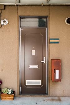 Tür an der wohnung im japanischen stil