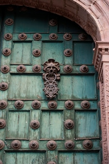Tür der kathedrale von santo domingo, plaza de armas, cuzco, peru