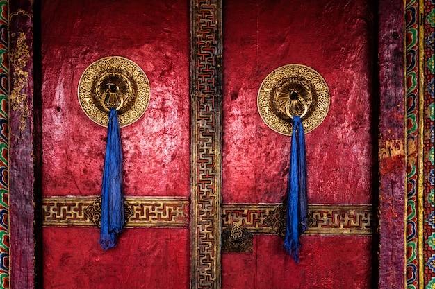 Tür des spituk-klosters. ladakh, indien
