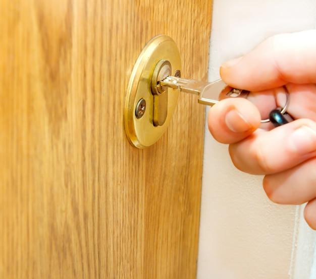 Tür mit schlüssel in der hand abschließen oder entriegeln