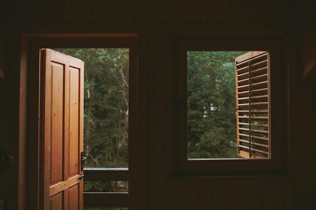 Tür und fenster des holzhauses in den bergen.