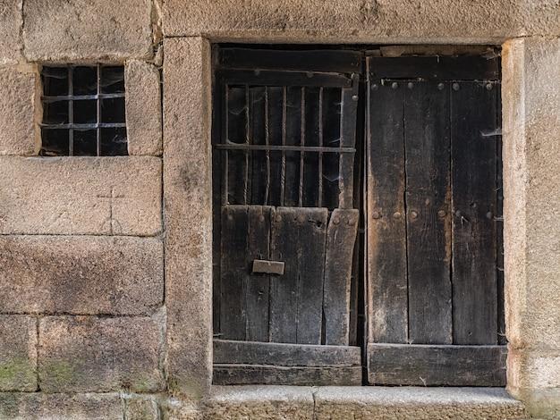 Tür und fenster im alten dorf la alberca.