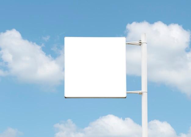 Türanschlagtafel auf hintergrund des blauen himmels mit beschneidungspfad