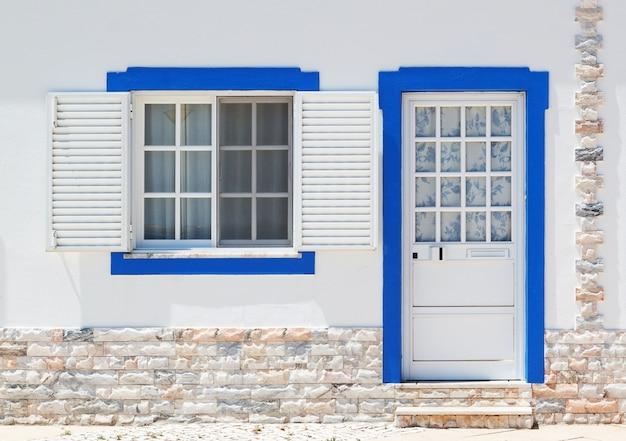 Türen und fenster der alten klassischen portugiesischen architektur. bürgersteig ausgelegt.
