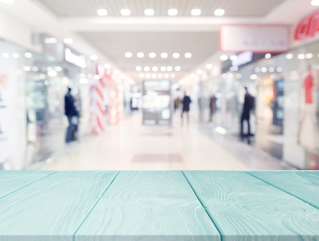 Türkis holztisch vor einkaufszentrum