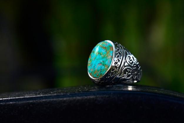 Türkis ist ein silberner ring, der mit türkis verziert ist