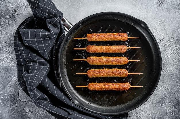 Türkisch und arabisch traditioneller kebab, rinderhackfleisch, lammfleisch. weißer hintergrund. draufsicht.