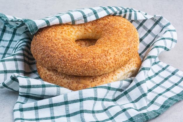 Türkische bagels auf einem geschirrtuch, auf dem marmorhintergrund.