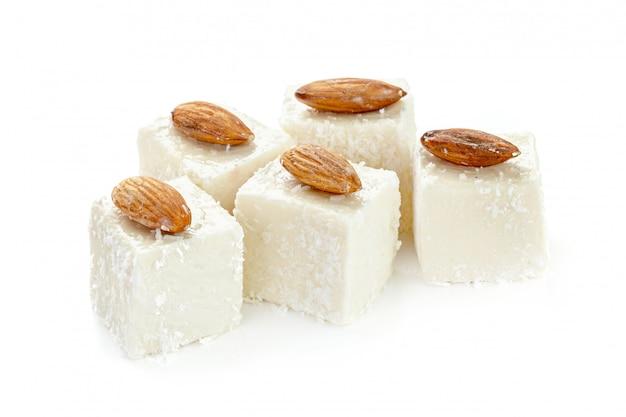 Türkische bonbons auf weiß