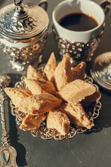Türkische bonbons mit kaffee auf einem holztisch