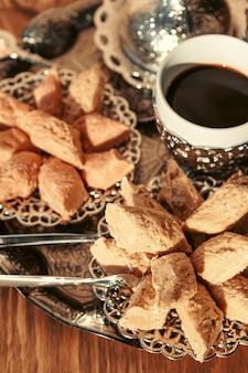 Türkische bonbons mit kaffee auf einer holzoberflächetabelle
