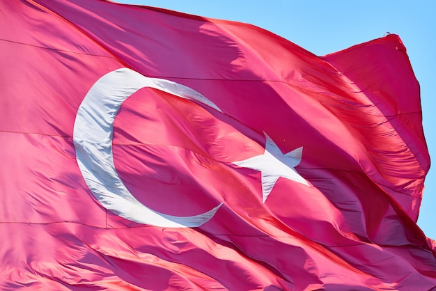 Türkische fahnenschwingen in der luft
