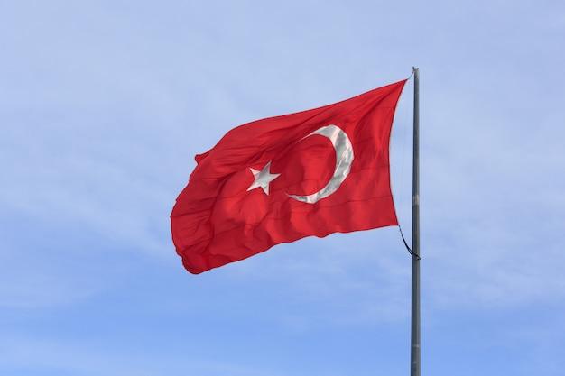 Türkische flagge auf blauem himmel