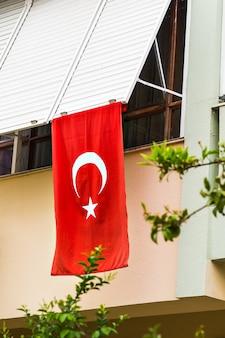 Türkische flagge vor einem haus