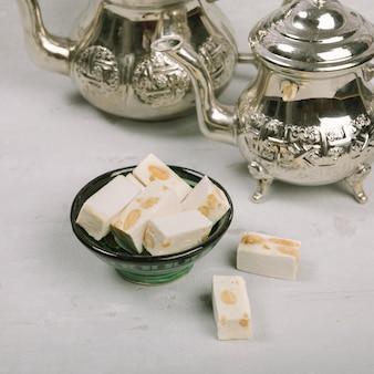 Türkische freude in schüssel mit teekannen