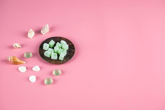 Türkische freude lokum in einer metallischen untertasse mit süßigkeiten