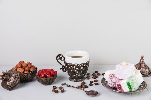 Türkische freude mit kaffee und haselnüssen