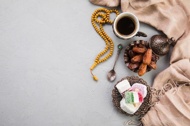 Türkische freude mit kaffeetasse und dattelfrucht