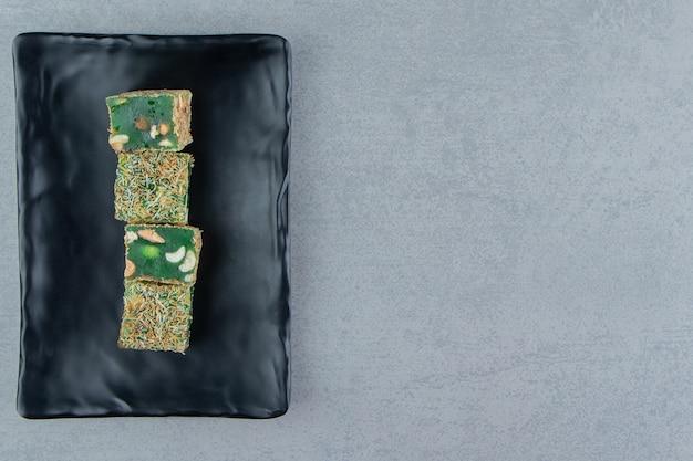 Türkische freuden auf dem tablett auf dem marmorhintergrund. hochwertiges foto