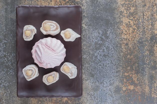 Türkische freuden um einen keks auf einer platte auf holzoberfläche