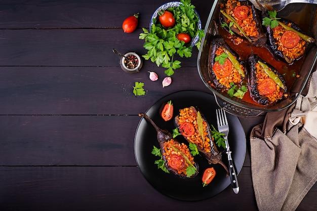 Türkische gefüllte auberginen mit rinderhackfleisch und gemüse mit tomatensauce gebacken