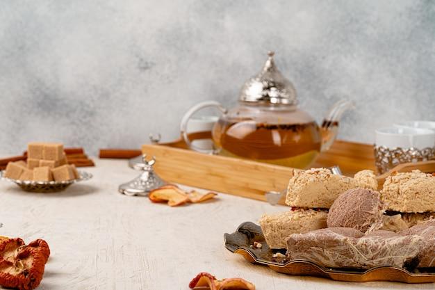 Türkische halva mit tee in einer glasschale nah oben