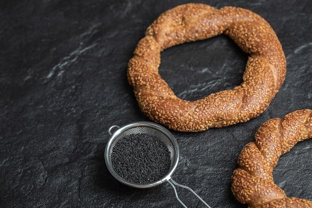 Türkische knusprige runde geflochtene bagels mit sesam.